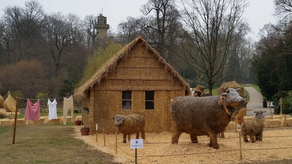 Straw Sculpture Straw House with animals - SS
