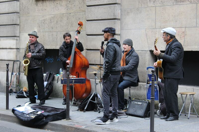 Street musicians Wendy Experience Paris - tips from a traveling artisan
