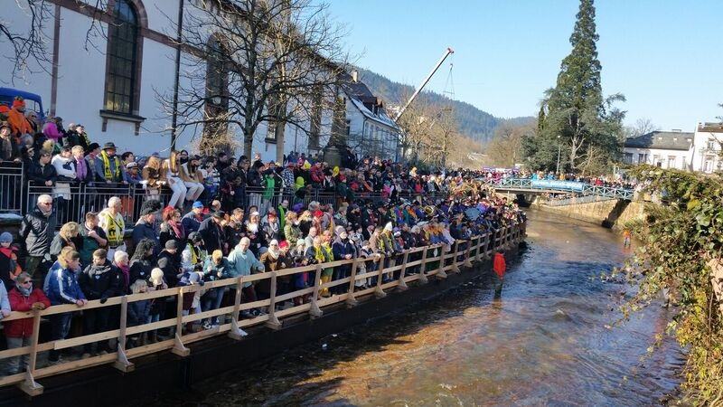 125206 crowd on river Gemma Schramberg Fastnacht Boat Race and Parade