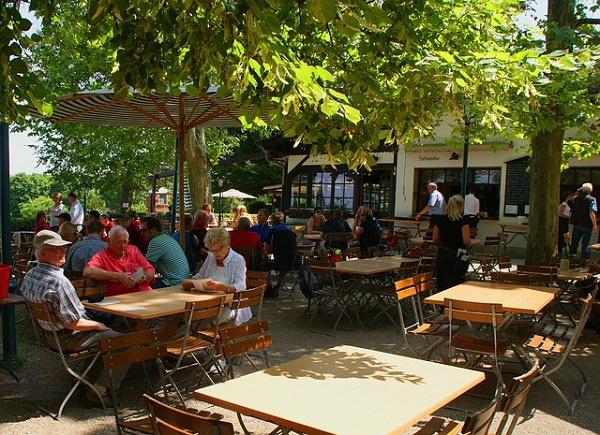 The beer gardens biergarten of stuttgart travel for Restaurant dans un jardin